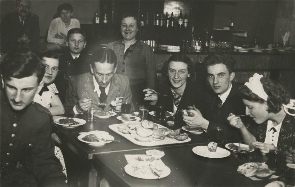 Roman Czernecki na przyjęciu po przedstawieniu 'Gałązka Rozmarynu', Kielce 1938 r.