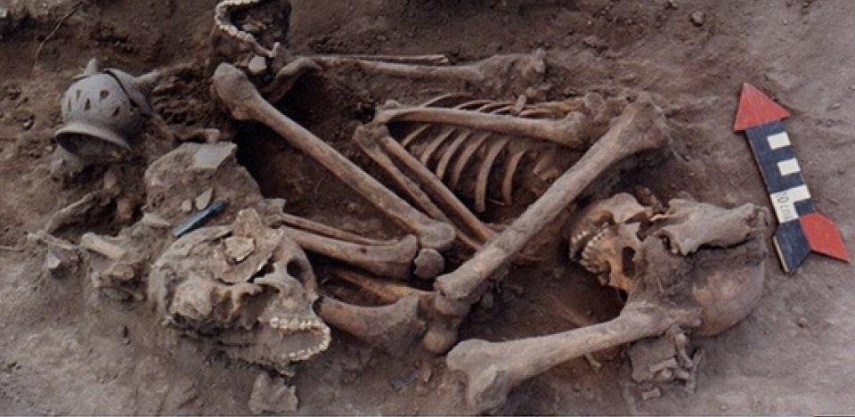 Szczątki członków hiszpańskiej karawany, pojmanych i złożonych w ofierze przez Indian. W pobliżu leżały przedmioty i biżuteria wyprodukowane w Europie