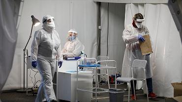 Koronawirus w Warszawie. Namiot firmy Diagnostyka na parkingu centrum handlowego Arkadia. W tym namiocie można sobie zrobić komercyjny test na obecność koronawirusa.