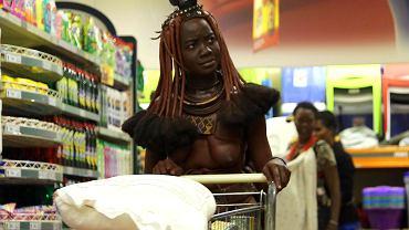 Kobieta z plemienia Himba odwiedza supermarket.