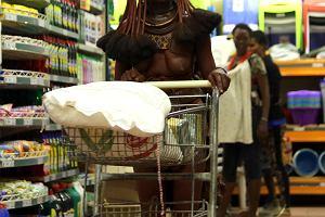 Kobieta z plemienia Himba w supermarkecie. To zdjęcie nie jest ustawiane, ależ fotograf miał szczęście!