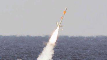 """USS """"Ohio"""", amerykański okręt podwodny klasy Florida, wystrzeliwuje pocisk Tomahawk podczas testów """"Giant Shadow"""" u wybrzeży Bahamów, 2003 r."""
