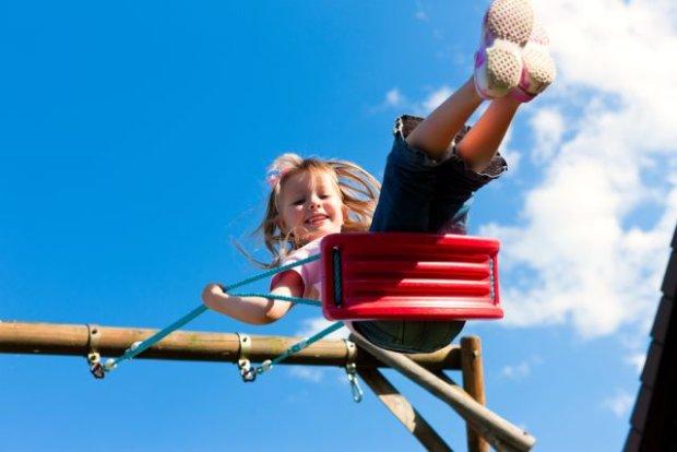 Uważajcie na metalowe zapięcia od fotelików. Co jeszcze może poparzyć dzieci w upał? [RADY EKSPERTA]