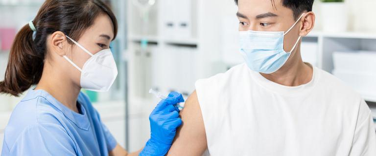 COVID-19: Chińskie szczepionki trafiają do wielu krajów. Eksperci sceptyczni