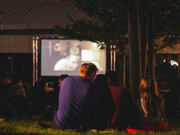 Filmowe wakacje. Kino w sali projekcyjnej, w plenerze i z okien samochodu