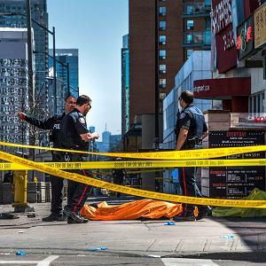 Toronto, Kanada. Jedna z ofiar Aleka Minassiana, który wjechał vanem w przechodniów celując w kobiety