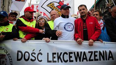 Lider Solidarności Piotr Duda z innymi związkowcami na czele pochodu