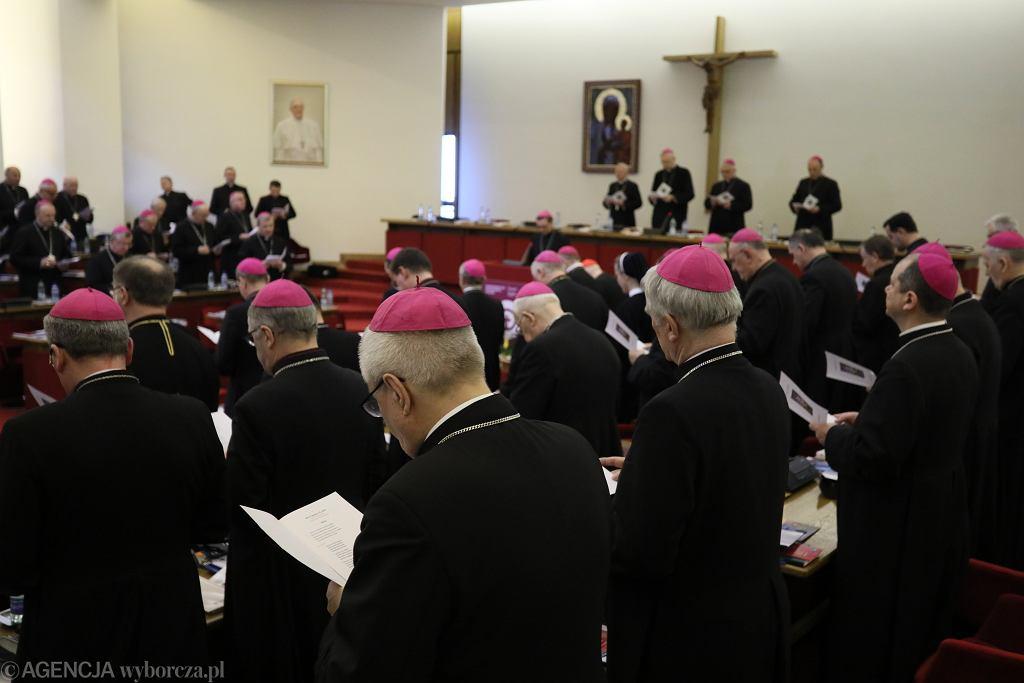 Minister Czarnek chce obowiązkowej etyki lub religii w szkole. Pomysł popiera episkopat