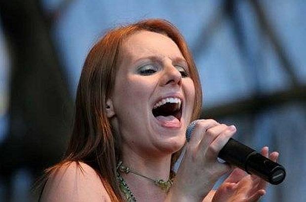 W 2002 roku Ewelina Flinta zrobiła furorę w pierwszej edycji 'Idola'. Programu nie wygrała, ale i tak odniosła duży sukces. Jednak kilka lat temu zniknęła z salonów. Teraz przypomniała o sobie, pojawiając się na 14. Festiwalu Zaczarowanej Piosenki w Krakowie. Pokazała się w nowym kolorze włosów.