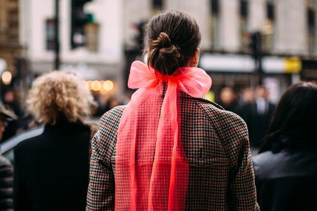 Tiulowa kokarda może ciekawą ozdobą włosów