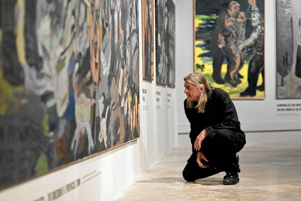 Edward Dwurnik na wystawie swoich prac pt.: 'Obłęd! ' w Muzeum Narodowym w Krakowie, 2013 r. (Michał Lepecki / AG)