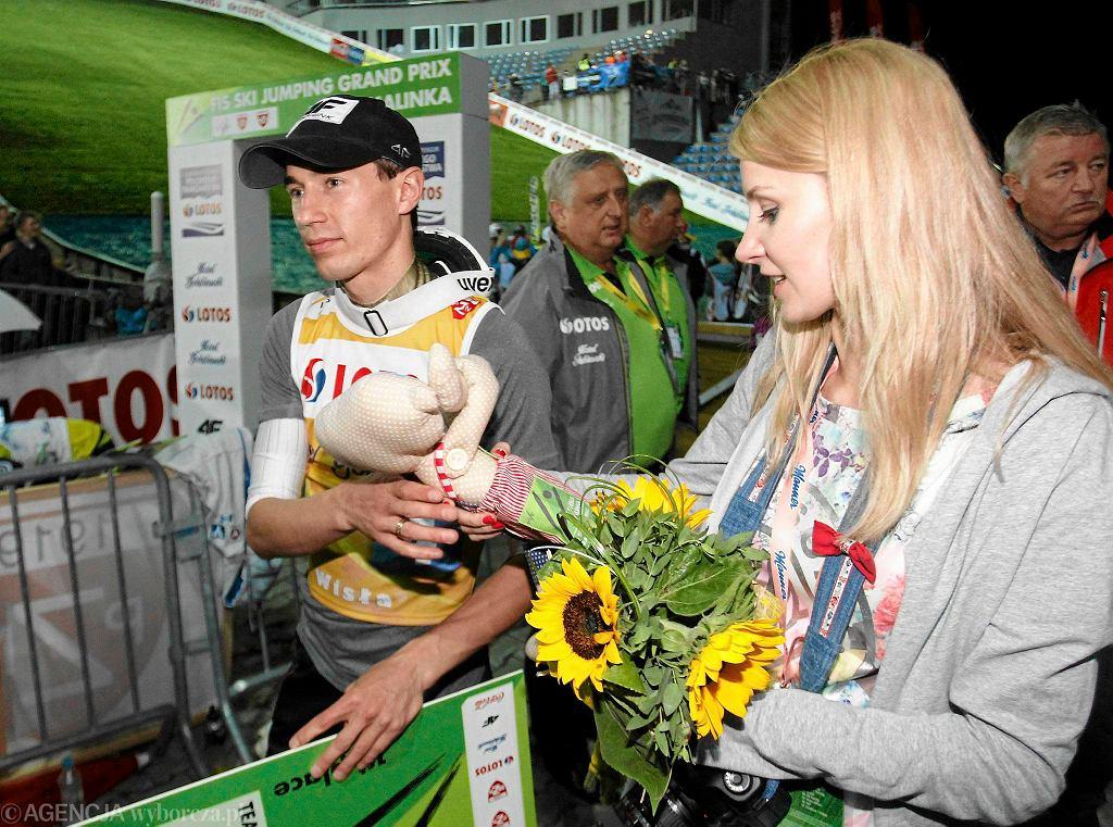 Kamil Stoch z żoną podczas konkursu w Wiśle