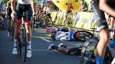 Tour de Pologne. Kolarze leżą po kraksie na mecie pierwszego etapu w Katowicach