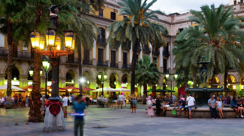 Plac Placa Reial znajduje się w dzielnicy Ciutat Vella
