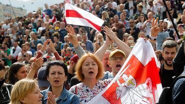 Demonstracja na placu, gdzie zginął podczas protestów Aleksander Tarajkowski, Mińsk, 15 sierpnia 2020.