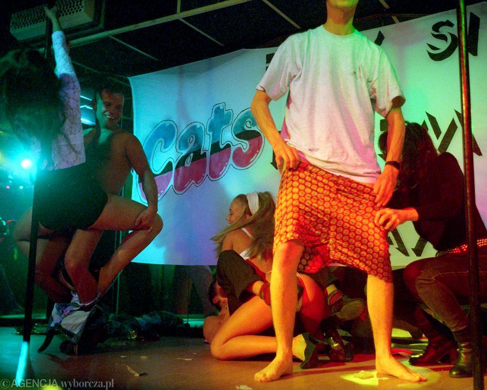 Występy w klubie działającym pod egidą pisma pornograficznego 'Cats', Sulechów, 1998 r. Zdjęcia z wystawy Krzysztofa Millera 'Niedecydujący moment'