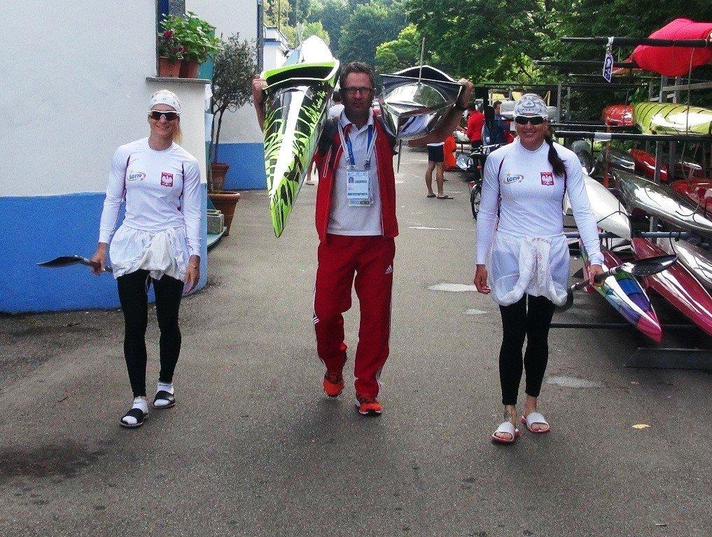 Karolina Naja (z lewej), Beata Mikołajczyk i trener polskiej kadry kajakarek Tomasz Kryk