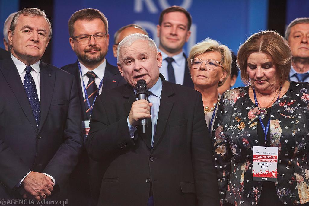 Prezes PiS Jarosław Kaczyński, w otoczeniu partyjnych oficjeli, podczas konwencji swojego ugrupowania. Łódź, 11 września 2019