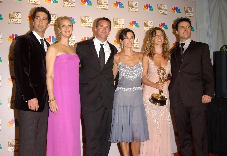 David Schwimmer, Lisa Kudrow, Matthew Perry, Courtney Cox, Jennifer Aniston i Matt LeBlanc na gali nagród Emmy w 2002 roku (fot. Shutterstock)
