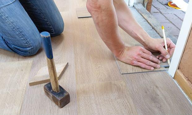 Drewniane czy laminowane? Wybieramy najlepsze rodzaje paneli podłogowych