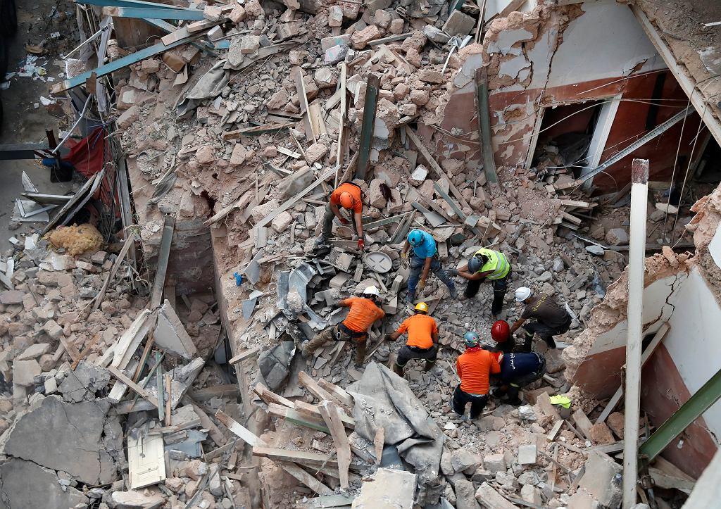 Ratownicy z Chile odkryli oznaki życia pod gruzami budynku w Bejrucie.