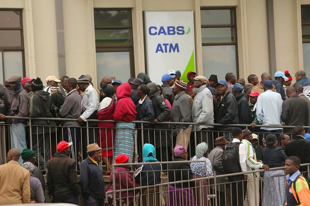 Zimbabwe. Kolejka do bankomatu.