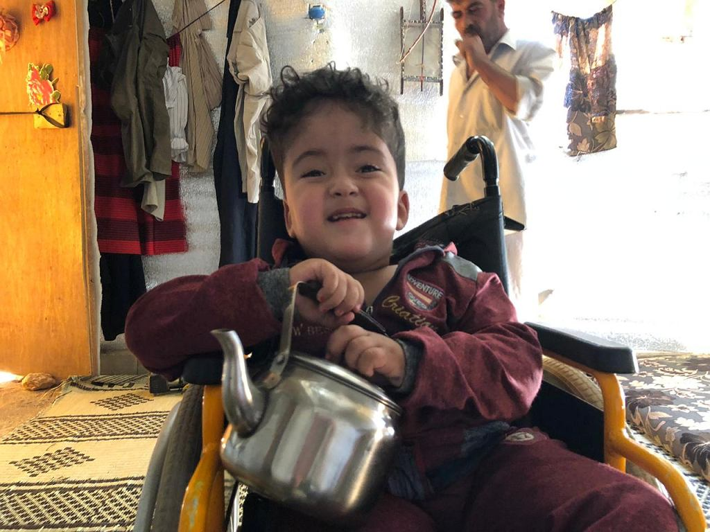 Maher trzyma w dłoniach jedną ze swoich ulubionych zabawek w ostatnim czasie - metalowy czajnik