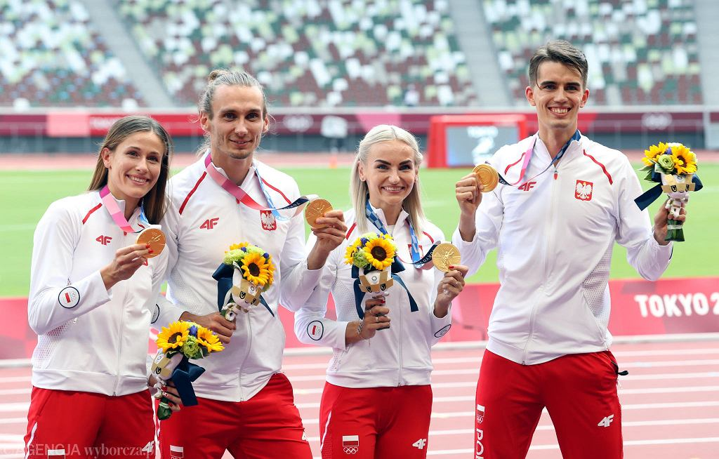Tokio 2020. Natalia Kaczmarek (pierwsza z lewej) podczas dekoracji polskiej sztafety mieszanej 4x400 metrów złotymi medalami igrzysk olimpijskich