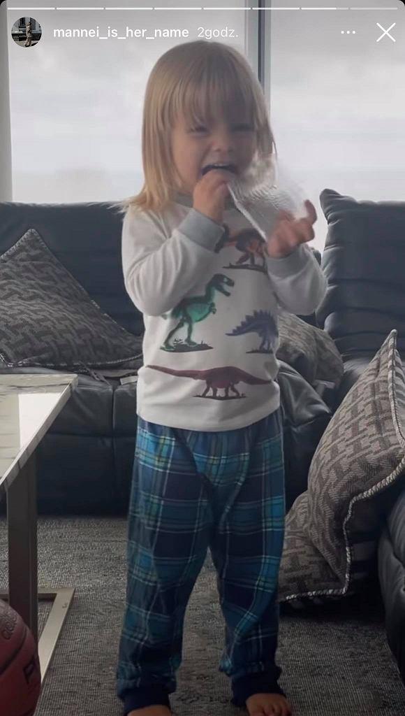 Syn Sary Boruc zajada się chipsami z glonów