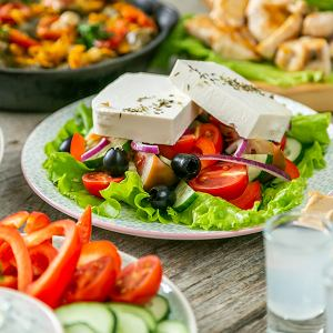 Smak tradycyjnych dla danego regionu sałatek, serwowanych w każdym przydrożnym barze wspominamy jeszcze długo po powrocie z wakacji. Oto 6 przepisów na sałatki, które teraz z łatwością zrobicie w domu
