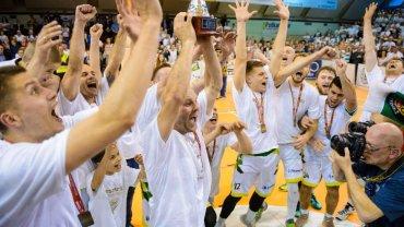 Dariusz Oczkowicz z pucharem za wygranie I ligi, Krosno świętuje