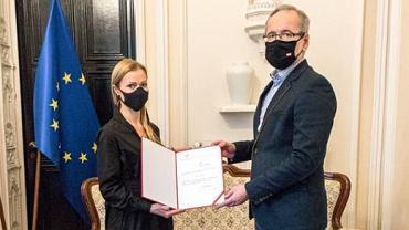 Minister zdrowia Adam Niedzielski wręczający nominację na podsekretarza stanu Annie Goławskiej