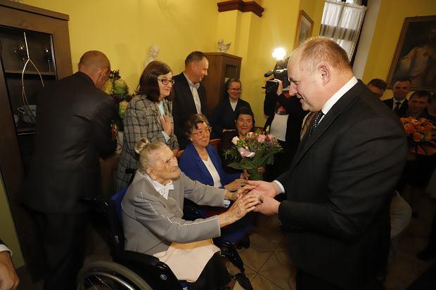 Zdjęcie numer 6 w galerii - Elżbieta Rogala kończy 108 lat, życzenia i kwiaty od marszałka [ZDJĘCIA]