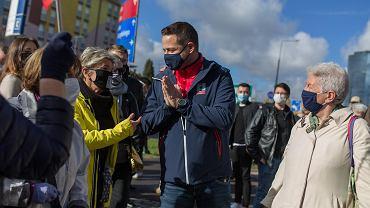 Rafał Trzaskowski podczas protestu pod siedzibą PiS przeciwko zakazowi aborcji, 24 października 2020 r.