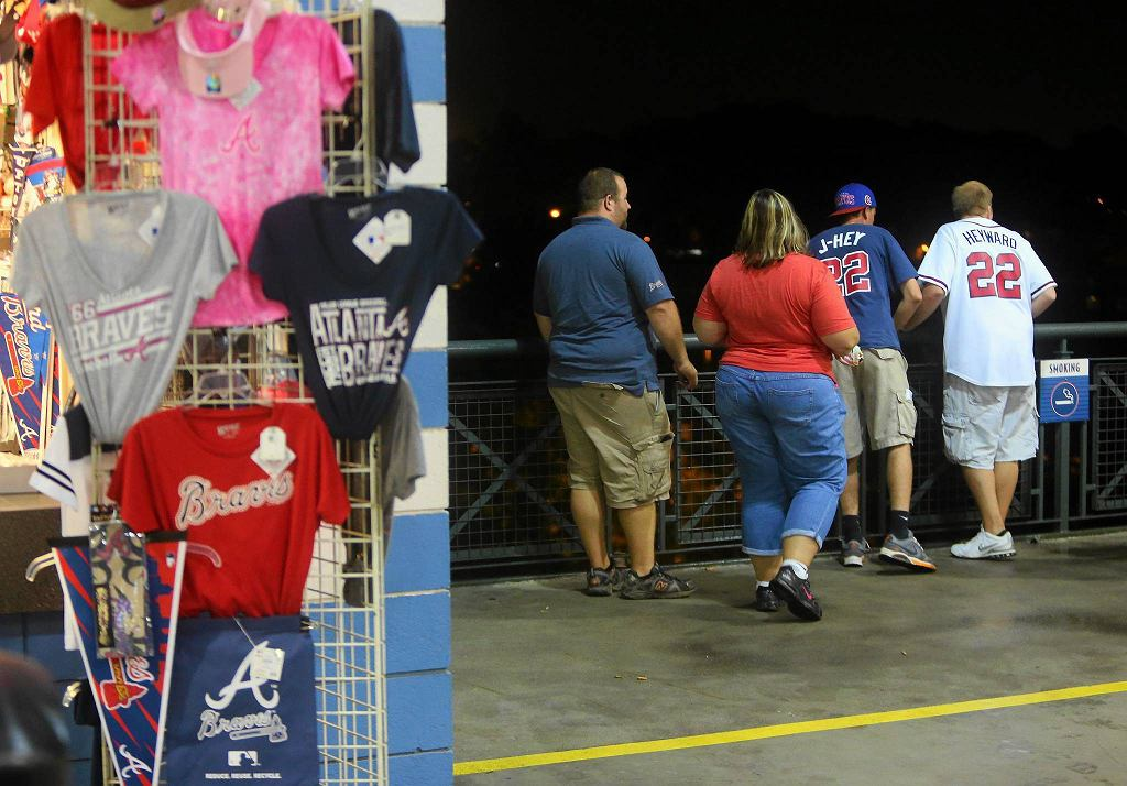 Kibice patrzą, co stało się z mężczyzną, który wypadł ze stadionu