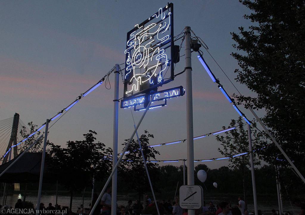 Neon Warszawska Syrenka na Placu Zabaw nad Wisłą / PRZEMEK WIERZCHOWSKI