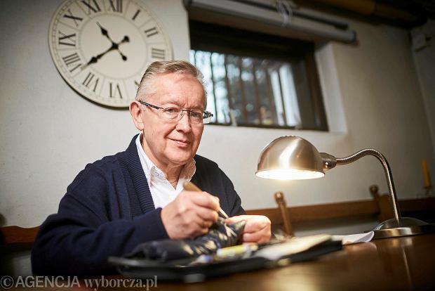 Zakład cerowania artystycznego. Pan Tadeusz potrafi podnieść oczko, ale pończoszek nie bierze