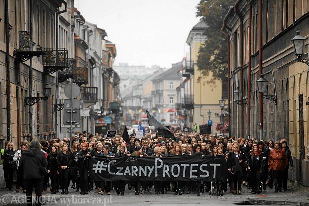 Czarny Protest - uczestniczki i uczestnicy maszerują pod lokalną siedzibę partii rządzącej. Radom, 03.10.2016 r.