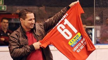 Krzysztof Bizacki z okolicznościową koszulką