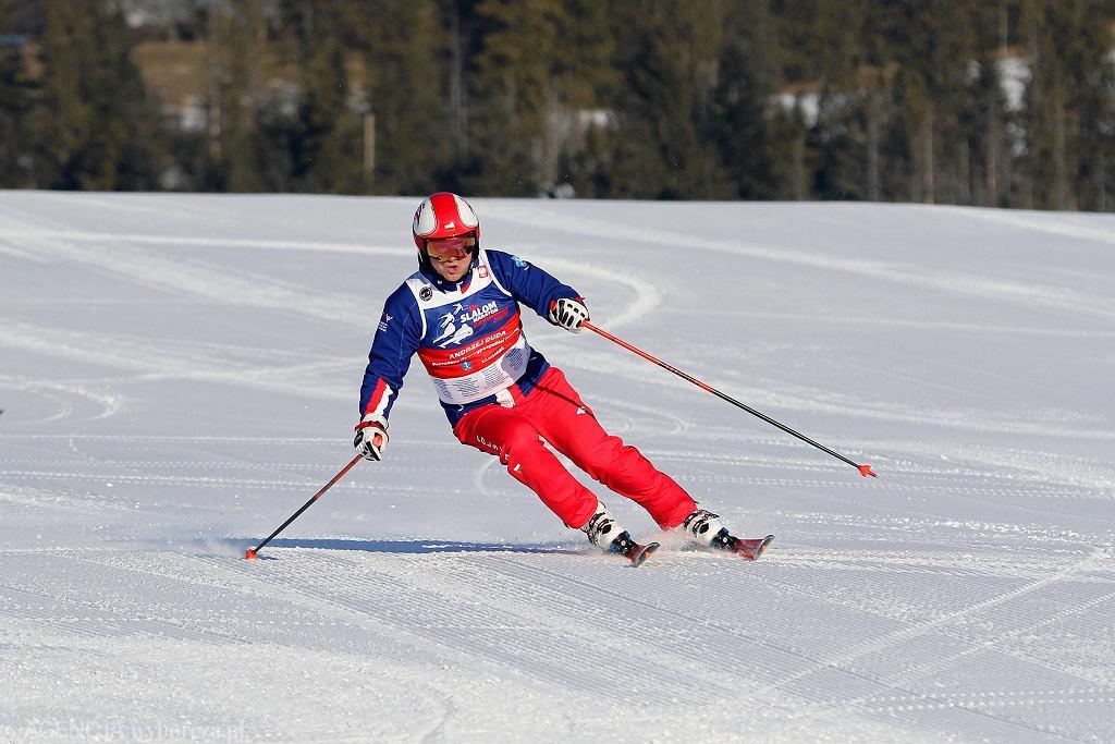 Pierwszy narciarz, prezydent RP Andrzej Duda oddaje się białemu szaleństwu. Jeszce w czasach przed-pandemicznych (Zakopane, 26 stycznia 2020). W 2020, wobec drugiej fali zakażeń koronawirusem rząd PiS zamknął stoki i unieruchomił wyciągi narciarskie.