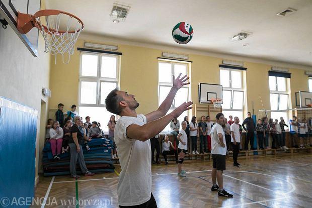 Zdjęcie numer 0 w galerii - Znani aktorzy zagrali w siatkówkę z lubelską młodzieżą. Wygrali 3-0 [ZDJĘCIA]