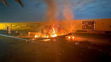 Zdjęcie zrobione po amerykańskim ataku w Bagdadzie, wskutek którego zginął irański generał Kasem Sulejmani