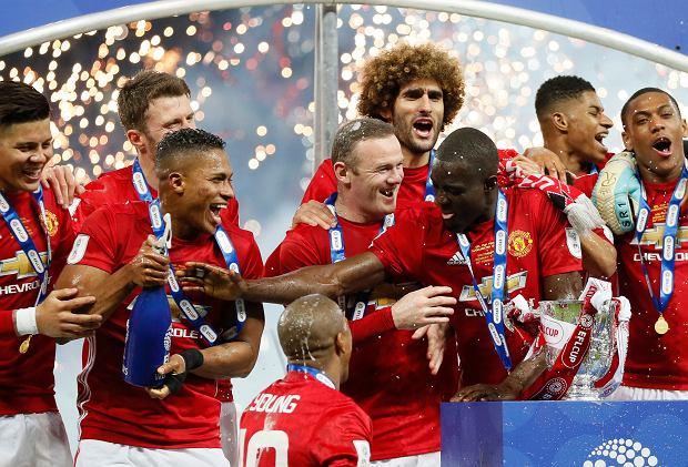 Piłkarze Manchesteru United cieszą się po zdobyciu Pucharu Ligi.