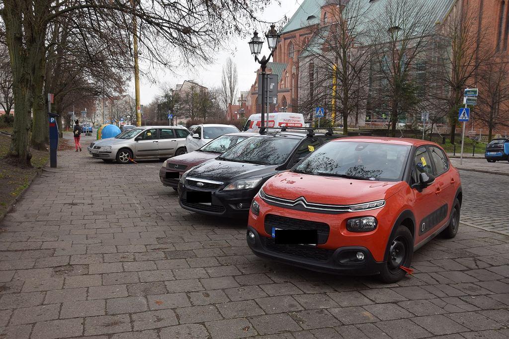 Na tym odcinku ulicy Grodzkiej nie wolno już ukośnie parkować na chodniku. Dozwolone jest parkowanie na chodniku, ale równolegle do jezdni