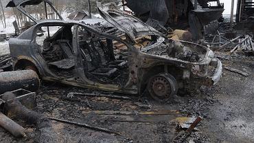 Spalony wrak samochodu Opel, Zalesie