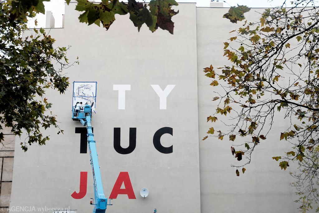 Mural z napisem 'Konstytucja' powstał w Poznaniu z inicjatywy ruchu Obywatele RP