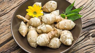 Topinambur nazywano kiedyś w Polsce świńskim (świnim) chlebem albo świńskim orzechem. Nie bez powodu
