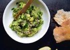 Guacamole można podawać z pieczywem.    - Zdjęcia