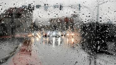 Szyby parują, jak tylko spadnie deszcz? Jest na to kilka patentów