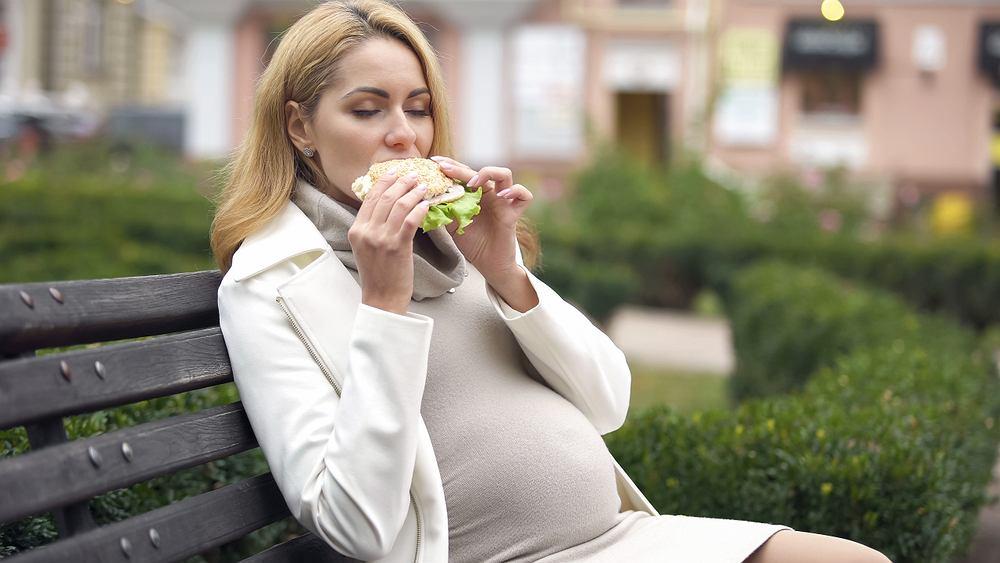 Żelazo w diecie ciężarnej i karmiącej powinno zaspokajać zapotrzebowanie organizmu, które w ciąży i w czasie karmienia rośnie.